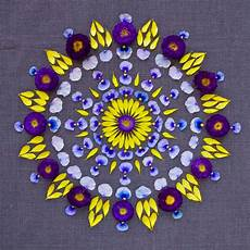 Mandala Klein - colorful mandala designs made from flowers and plants by
