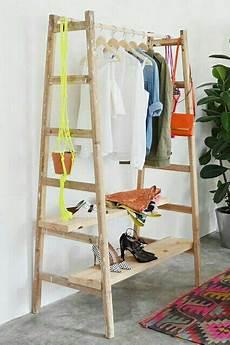 garderobe aus leitern diy garderobe aus 2 leitern ankleidezimmer selber bauen