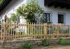 gartenzaun aus holz rustikaler staketenzaun aus kastanienholz garten zaun