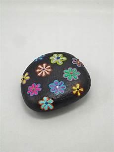 Schwarzes Stein Mi Vielen Bunten Blumen Verziert Steine