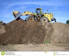 cava di ghiaia bulldozer in una cava di ghiaia immagine stock libera da