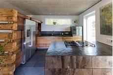 rustikale moderne küchen ganz sch 246 n kernig krasse materialit 228 t im k 252 chenbau