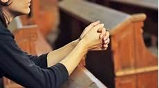 Gambar Orang Lagi Berdoa Di Gereja