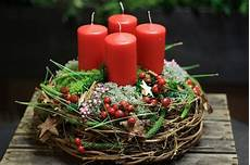adventskranz quot rote liebe quot aus weidenzweigen mit ro