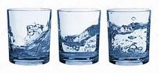 set di bicchieri set di bicchieri acqua splash foto stock 4680419