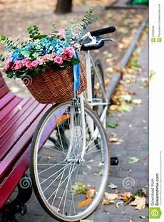 Fahrrad Mit Korb - fahrrad mit korb blumen im park stockfoto bild