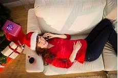 weihnachtsmann der am telefon spricht und ein geschenk