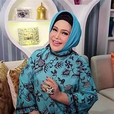 Antimainstream 5 Seleb Senior Yang Identik Dengan Jilbab