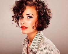 coupe cheveux courts bouclés coupe courte pour cheveux crepus femme