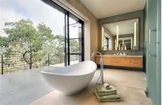 bad mit badewanne freistehende badewanne luxus und eleganz im badezimmer