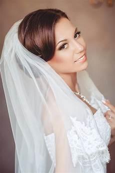 Brautfrisur Mit Zartem Spitzenschleier Hochzeitsfrisuren
