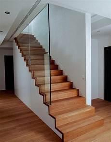 escalier droit 233 a avec garde corps tout verre arrivant