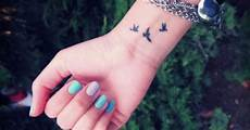 tatouage poignet oiseau tatouage oiseaux poignet