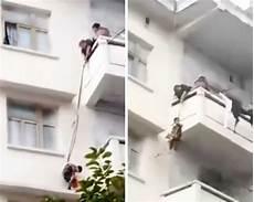 un enfant tombe du balcon et 233 chappe au pire vid 233 o