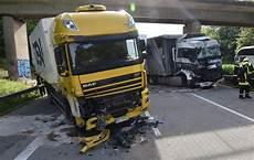 Fahrbahn Wieder Drei Lkw In Unfall Auf A61