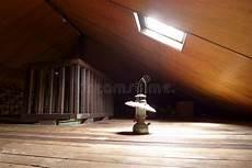 l antica soffitta lada antica in vecchia soffitta con il lucernario