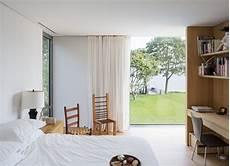 Gardinen Bodentiefe Fenster - helles schlafzimmer bodentiefe fenster blick garten
