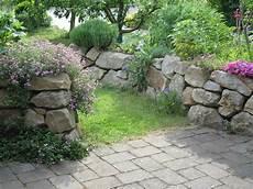 steinmauern garten bilder trockenmauer aus kalkstein suche steinmauer