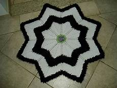 tecendo receitas tapetes de croche redondo com o fio felpudo preto e branco