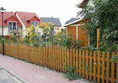 gartenzaun aus holz gartenz 228 une aus holz als eigenheim zaun