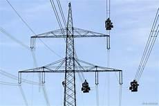 alte stromleitungen austauschen energieversorgung h 246 chstspannungsmast am ortseingang beim