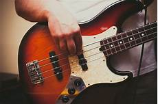 how to play a bass guitar simple right bass techniques for beginners