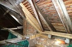 tragender balken im dachstuhl sanierung reparatur holzbauten holzb 246 den stiegen