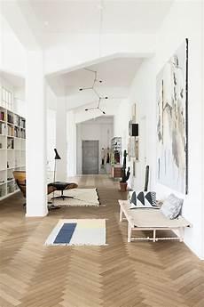 wand hinter sofa gestalten inspiration herringbone chevron wooden floors the