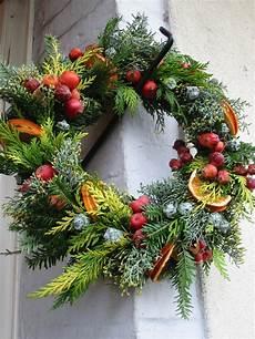 couronne de porte pour noel couronne de no 235 l pour porte oranges et pommes floral design