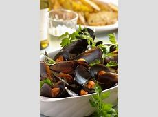 fragrant steamed mussels in vermouth with herbs and shallots_image