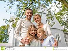 eine glückliche familie happy family in front of house outdoors stock image
