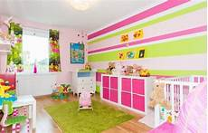 wandgestaltung farbe kinderzimmer mädchen kinderzimmer m 228 dchen einrichten farben rosa maigr 252 n wei 223 e