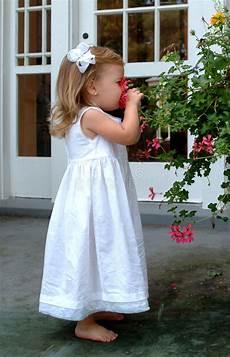 bambino sente l odore di due bambole bambino fotografia stock immagine di