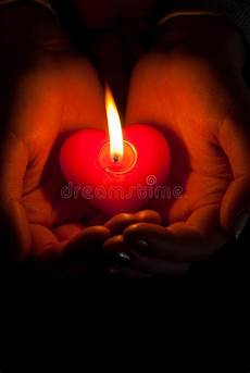 candele a cuore le umane tengono la candela burning a forma di cuore