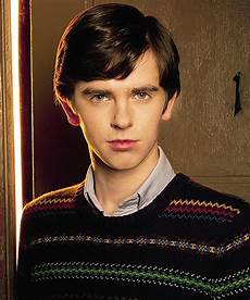 q a freddie highmore on being friends with johnny depp - Bates Motel Schauspieler
