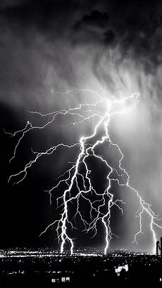 storm lightening over city iphone 7 wallpaper iphone 7 wallpapers pinterest wallpaper