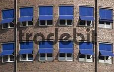 jalousien hamburg blaue jalousien an der fassade eines b 252 rogeb 228 udes in hamb