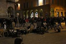 studenti bologna bologna guerriglia in zona universitaria le barricate
