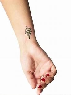 kleines handgelenk das sind die coolsten vorlagen f 252 r kleine tattoos kleine