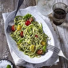 rezepte mit pesto zucchini nudeln zoodles mit kirschtomaten und pesto