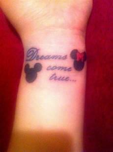 petit tatouage poignet mickey et minnie phrase tatouage