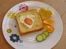 eier im backofen eier im toastbrot mit rosmarin butter elanda