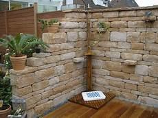 steinmauer als sichtschutz im garten mauer mediterran architektur steinmauer garten