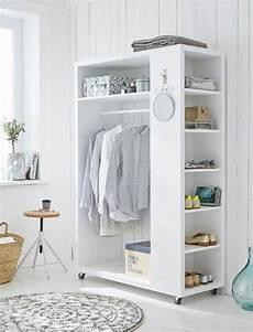 regalsysteme für ankleidezimmer mobile garderobe aus wei 223 lackiertem holz mit sechs kleinen und einem gro 223 en fach und einer