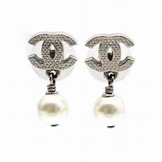 boucles d oreilles chanel logo cc perle blanche