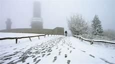 Wetter Hessen Aktuell - wetter erster schnee der saison bedeckt wasserkuppe und