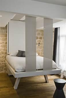 lit qui se releve le lit qui se range au plafond de fil en d 233 co