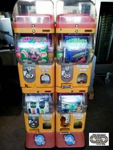distributeur automatique occasion lot 2 distributeurs automatiques de jouets en capsules et balles occasion vendu