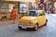 voiture de ville de vieil italien fiat 500 dans la rue