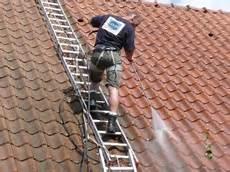 traitement mousse toiture d 233 moussage de toiture et traitement anti mousse